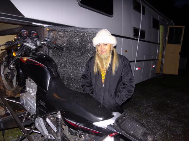 recolhendo a moto com gelo no banco